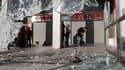 Dégâts sur la place Syntagma devant le Parlement grec à Athènes après des heurts mercredi. Des manifestants ont commencé à converger vers le Parlement à Athènes jeudi laissant craindre de nouvelles violences au moment où les députés s'apprêtent à voter un