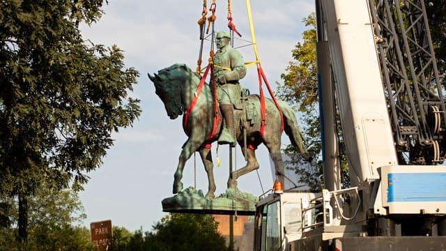 Statue du général Robert Lee, chef de l'armée sudiste pro-esclavage pendant la guerre de Sécession, retirée d'un parc de Charlottesville (Virginie, États-Unis), le 10 juillet 2021