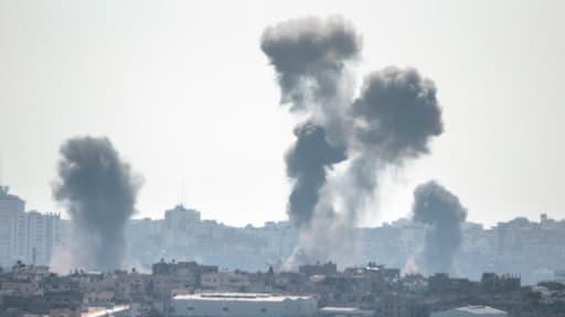 De la fumée s'échappe du ciel de Gaza après un raid israélien. Photo prise depuis la frontière israélienne ce mardi 8 juillet.