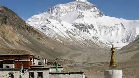 Vingt alpinistes népalais se lancent cette semaine à l'assaut de l'Everest pour tenter de nettoyer les ordures accumulées au fil des décennies sur les pentes du toit du monde. /Photo d'archives/REUTERS/Ang Tshring Sherpa