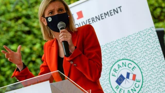 Agnès Pannier-Runacher lors d'une visite sur l'ancien site du groupe Arjowiggins, qui produira des gants nitriles pour Kolmi Hopen en 2022, à Bessé-sur-Braye dans la Sarthe, le 26 mai 2021