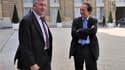 Le président du groupe de distribution Leclerc, Michel-Edouard Leclerc (à droite) et le président de la FNSEA, principal syndicat agricole, Jean-Michel Lemétayer, dans la cour de l'Elysée. Les distributeurs ont accepté de limiter le prix de vente des frui
