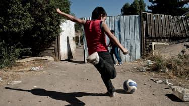 Un jeune garçon joue au football au Chili. Un futur Alexis Sanchez?