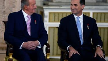 Le roi Juan Carlos et son fils  Felipe le 18 juin 2014 à Madrid lors de la décision d'abdication du roi au profit de son fils
