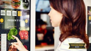Choisir les ingrédients de son hamburger sur un écran tactile, la solution de McDo pour enrayer sa chute.