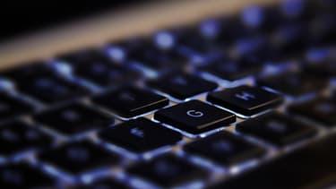 Sur Twitter, un professeur accuse la Région Île-de-France de fournir des dizaines de milliers d'ordinateurs inutilisables aux lycéens entrant en seconde. Avec toutefois plusieurs approximations et erreurs.