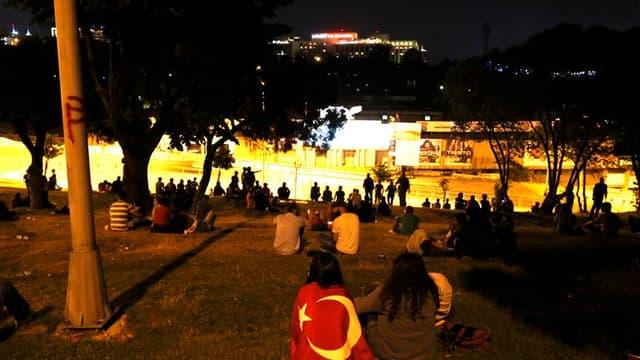 Le parti du Premier ministre turc Recep Tayyip Erdogan a exclu samedi la possibilité d'organiser des élections législatives anticipées pour sortir du mouvement de contestation qui ne montre aucun signe d'essoufflement. Des milliers de Turcs étaient rassem