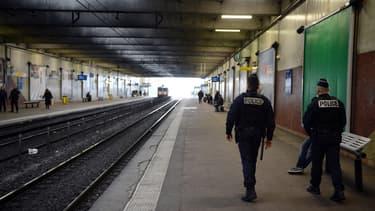 Des policiers patrouillent dans la gare de Grigny-Centre, une vingtaine de jeunes gens avaient pris d'assaut plusieurs rames du RER D, le 16 mars.