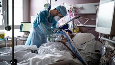 Un patient Covid-19 en réanimation à l'hôpital Lyon Sud à Pierre-Bénite le 7 avril 2021