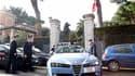 Devant l'entrée de l'amabassade de Suisse à Rome. La police italienne a entrepris des vérifications dans toutes les ambassades et tous les consulats de Rome après des explosions qui ont fait deux blessés dans les ambassades de Suisse et du Chili. /Photo p
