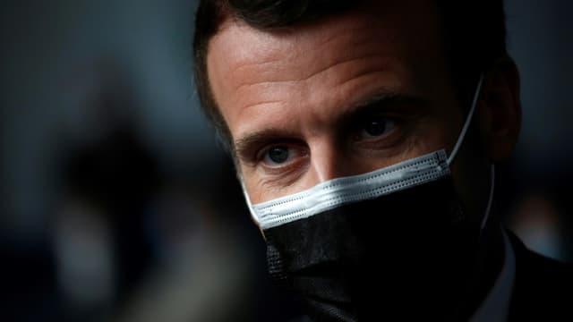 Le président Macron visite un centre de vaccination à Valenciennes, le 23 mars 2021