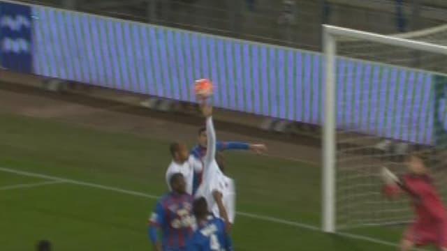 Christopher Maboulou touche le ballon de la main
