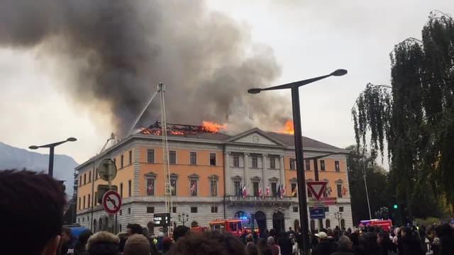 La mairie d'Annecy en feu. Capture d'écran - Image témoin BFMTV