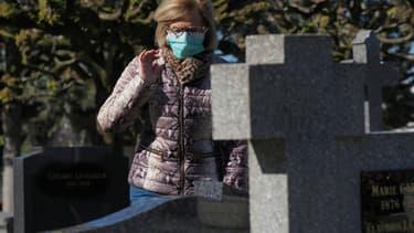 Une femme se recueille dans un cimetière de Tours, le 5 avril 2020. (Illustration.)