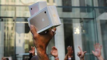 Pour son modèle anniversaire, Apple pourrait dévoiler un iPhone X dont la version haut de gamme pourrait atteindre 1200 dollars.