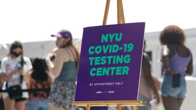 Des étudiants de New York University font la queue pour être testés au COVID-19 avant la reprise des cours, le 18 août 2020 à New York