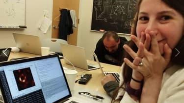 Katie Bouman découvrant l'image du trou noir.