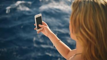 Même sur la plage, pas facile de débrancher son portable professionnel
