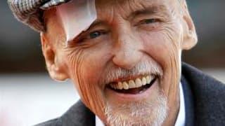 """L'acteur et réalisateur américain Dennis Hopper, auteur d'""""Easy Rider"""" en 1969, a succombé samedi à un cancer de la prostate à son domicile de Venice, en Californie. Il était âgé de 74 ans. /Photo prise le 26 mars 2010/REUTERS/Mario Anzuoni"""