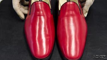 A l'usine mexicaine de Leon, le businessman Armando Martin  exhibe des chaussures du même modèle que celui porté par Ratzinger et bientôt reçues par lui en cadeau.