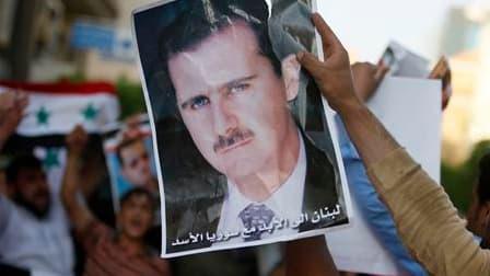 Portrait du président syrien Bachar al Assad déployé à Beyrouth, au Liban, par un partisan du régime. Le président syrien ainsi que neuf membres de son gouvernement et de son entourage se sont vu infliger lundi des sanctions par l'Union européenne, désire