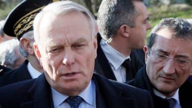 """Jean-Marc Ayrault et François Lamy ont annoncé la création de 2000 """"emplois francs"""" en 2013, lundi 18 février, lors d'un déplacement à Clichy-sous-bois."""