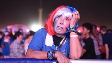 Une supportrice française déçue après la finale de l'Euro