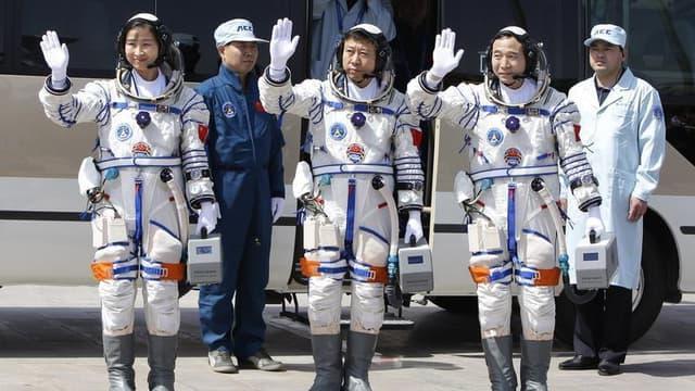 Des astronautes chinois. La Chine, qui ambitionne de devenir une puissance spatiale de premier rang, va lancer dans le courant du mois un nouveau vol habité en direction de son module orbital expérimental. /Photo d'archives/REUTERS/Jason Lee