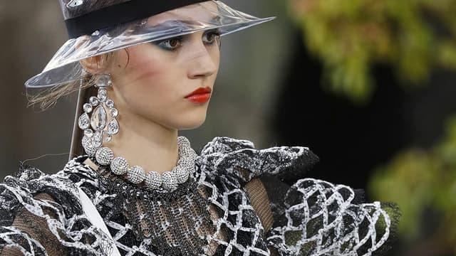 Un mannequin défilant pour Chanel, au Grand Palais, le 3 octobre 2017.