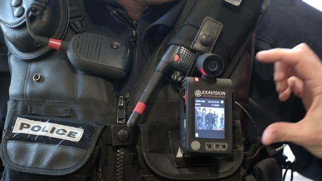 Placée directement sur le policier, la caméra peut être déclenchée lors d'une intervention.