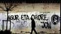 """Graffiti """"Salut et honneur, Jon"""" accompagné du sigle ETA dans une rue de Guernica, au Pays basque espagnol. Selon le procureur de Bayonne Anne Kayanakis, l'autopsie du militant de l'ETA Jon Anza, dont le corps a été découvert la semaine dernière dans une"""