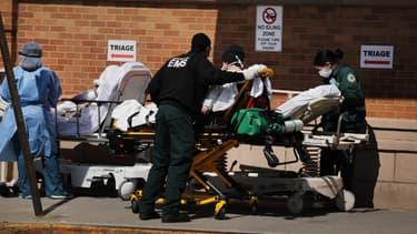 Patient atteint du Covid-19 pris en charge dans un hôpital de Brooklyn, à New York