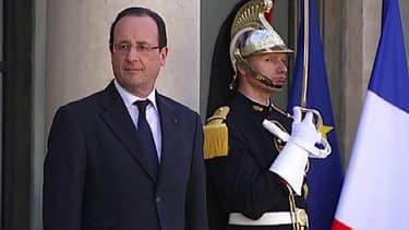 Le président de la République François Hollande devant le palais de l'Elysée.