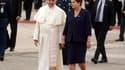 Le pape François accueilli par la présidente brésilienne Dilma Rousseff à son arrivée à Rio de Janeiro. Il séjournera une semaine au Brésil à l'occasion des Journées mondiales de la jeunesse (JMJ). /Photo prise le 22 juillet 2013/REUTERS/Pilar Olivares