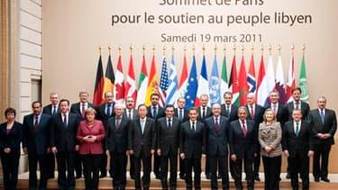 Le sommet de Paris a lancé samedi les opérations militaires dans le ciel de la Libye où, à Benghazi, les insurgés affirment avoir repoussé l'assaut des forces loyalistes. Des avions français, et italiens selon la chaîne de télévision Al Arabia, ont commen