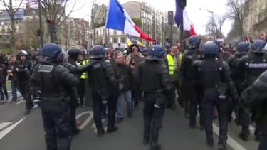 Malgré le coronavirus, les gilets jaunes manifestent à Paris