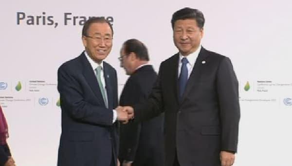 Poignée de main entre Xi Jinping et Ban Ki-Moon sur le site du Bourget.