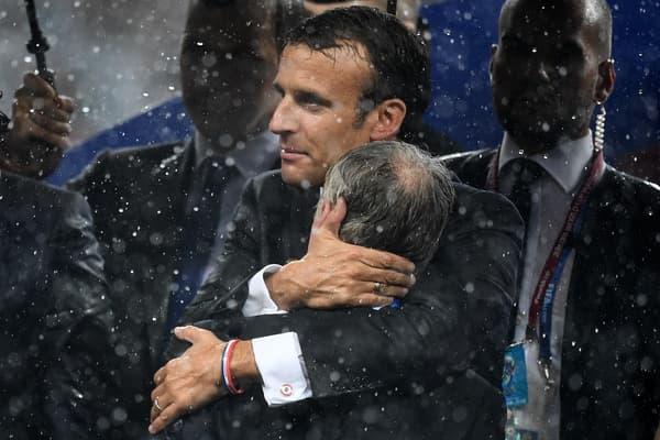 Le président français Emmanuel Macron félicite le sélectionneur des Bleus Didier Deschamps, le 15 juillet 2018 à Moscou.