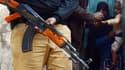 La kakachnikov ou AK-47 est l'une des armes les plus répandues au monde. Ici dans les mains d'un policier pakistanais.