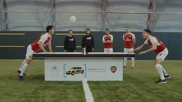 """Arteta et Bellerin s'affrontent lors d'une partie de """"headis"""" avec un ballon fait à partir de AirBumps."""