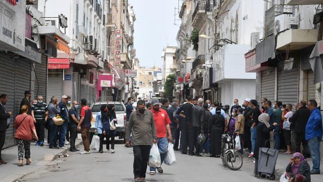 Des passants dans la ville de Tunis, en Tunisie, le 11 mai 2021