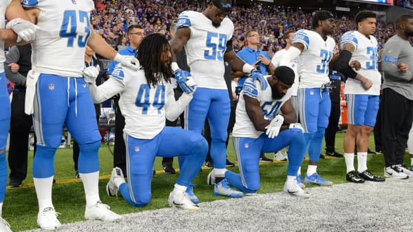 Des joueurs des Detroits Lions posent un genou à terre pendant l'hymne, le 1er octobre, avant un match.