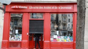 Une librairie à Paris baisse le rideau le 11 mai 2020.