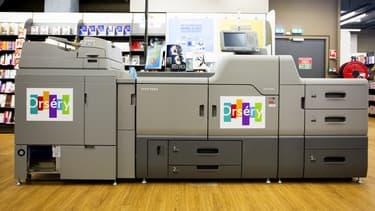 L'impression de livres sur la machine Ricoh prend quelques minutes, avec une édition en noir et blanc ou couleur.