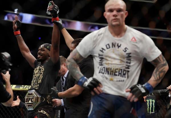 Jon Jones qui garde sa ceinture (ici contre Anthony Smith en mars 2019), une habitude chez les lourds-légers de l'UFC