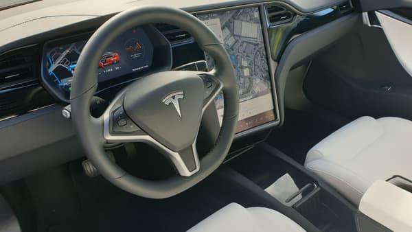 L'intérieur de la Tesla Model S Noir et blanc, finition en bois imitation frêne