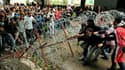 Manifestation à Tunis devant la Kasbah, le siège du gouvernement tunisien. Des manifestants exigeant le départ des ministres anciennement fidèles au président déchu Zine ben Ali ont encore affronté la police jeudi en Tunisie dans l'attente du remaniement