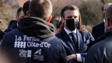 Le président Emmanuel Macron (2e g) visite la ferme d'Etaules, le 23 février 2021 près de Dijon