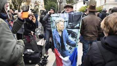 Das fans de Johnny Hallyday, le 6+ décembre 2017, près de la maison du chanteur à Marnes-la-Coquette.