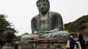 Barack Obama, ici devant une statue de Bouddha à Kamakura au Japon, espérait que son voyage en Asie lui ferait oublier ses déboires politiques à domicile mais ils l'ont poursuivi tout au long de ses étapes. /Photo prise le 14 novembre 2010/REUTERS/Jim You